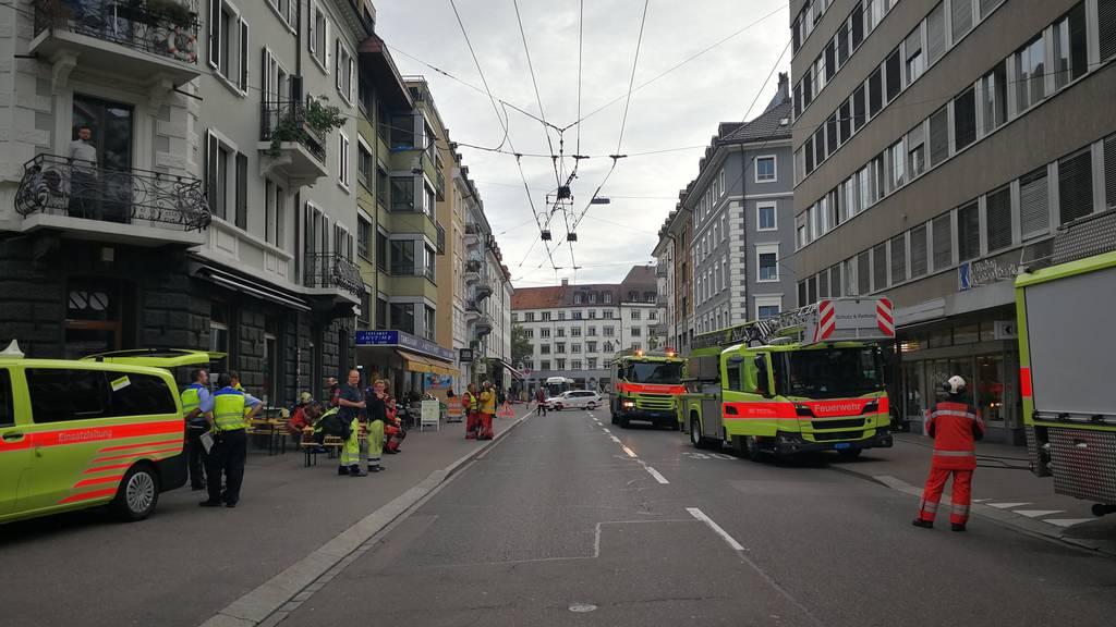 Kellerbrand an Langstrasse führt zu Grosseinsatz, Behörden warnen vor Rauchentwicklung