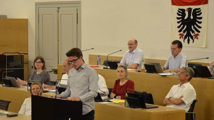 Der Einwohnerrat entschied für die Ausarbeitung eines Fusionsvertrags im Rahmen des Zukunftraum Aarau. Hier Matthias Zinniker (FDP) bei seinem Nein-Votum.