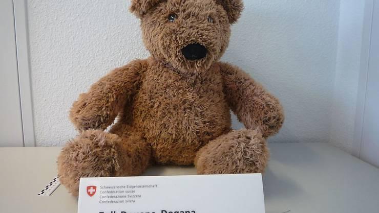 Dieser unschuldige Teddybär ist am Flughafen Zürich aus dem Verkehr gezogen worden. Zöllner hatten in seinem Bauch versteckt 3,8 Kilogramm Marihuana entdeckt.