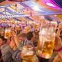Hoch die Biergläser: So sah das am Oktoberfest Baden im letzten Jahr noch aus.