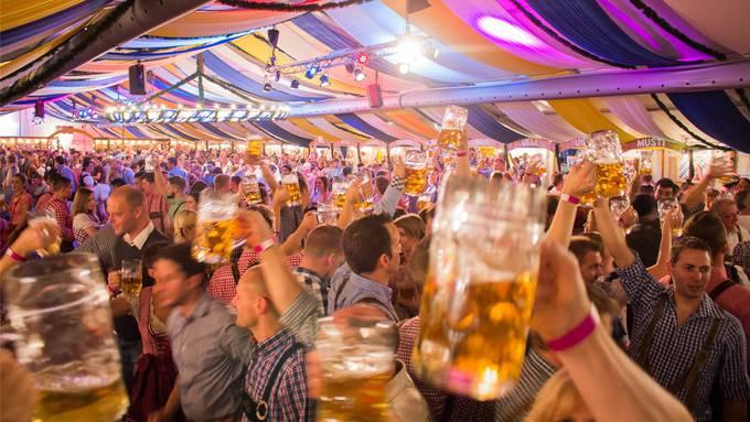 Hoch die Biergläser: Die Organisatoren vom Oktoberfest in Baden wollen auch dieses Jahr für Stimmung sorgen.