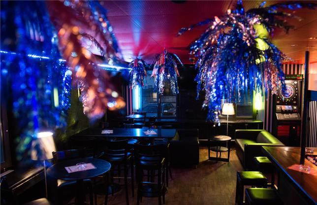 Im «Adler», Muri, glitzert und leuchtet es überall in der Bar.