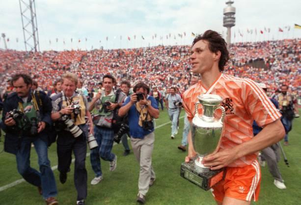 EM 1988: Marco van Basten trägt glücklich den Pokal in den Händen: Holland gewann den Final gegen die UdSSR mit 2:0.