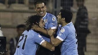 Cavani (l.) und Suarez (r.) gratulieren Torschütze Pereira zum 1:0