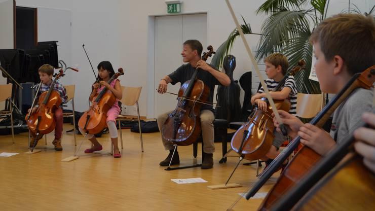 Konzentrierte Schüler: Solocellist Thomas Grossenbacher übt mit Schülern der Musikschulen Rheinfelden, Stein und Pratteln.