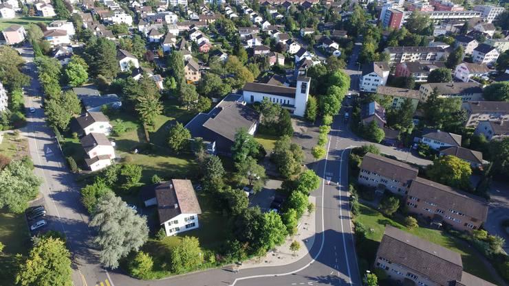Für das in einer Zone für öffentliche Bauten gelegene Kirchenareal läuft eine Machbarkeitsstudie gemeinsamen mit der Gemeinde Wettingen.