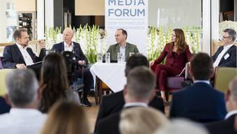 Dieses Jahr verlief die Podiumsdiskussion am Swiss Media Forum harmonisch: SRG-Generaldirektor Gilles Marchand (l.), Ringier-CEO Marc Walder, Tamedia-Verleger Pietro Supino, Moderatorin Susanne Wille und NZZ-CEO Felix Graf.