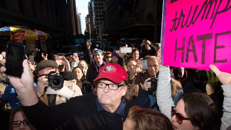 Michael Moore mit Anti-Trump-Demonstranten.