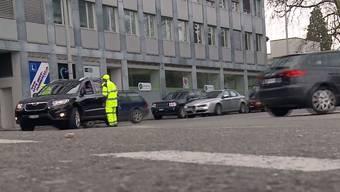Wegen den Bauarbeiten zum neuen Bahnhofgebäude in Aarau fehlen der Stadt auf einen Schlag nun rund 200 Parkplätze. Dies führte heute zu einem regelrechten Chaos.