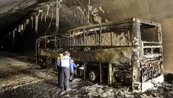Reisecar mit rund 40 Passagieren fängt bei in einem Tunnel bei Yvonand (VD) Feuer und brennt komplett aus.