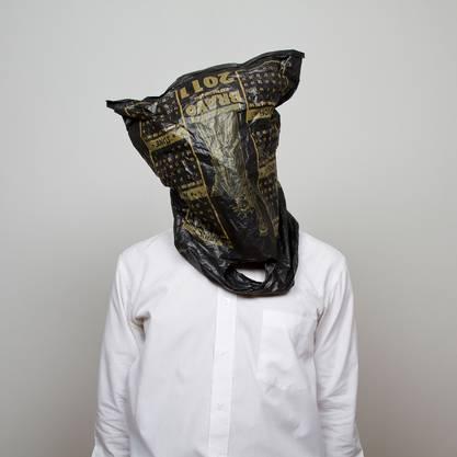 Ein Plastiksack ist Maske und Botschaft für Edson Chagas' Fotoserie.  «Oikonomos».