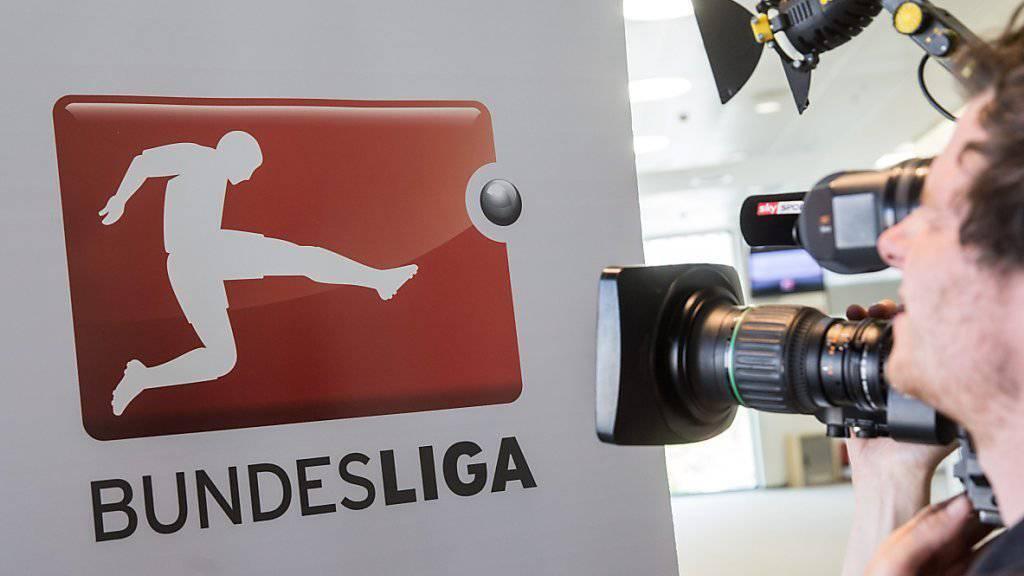 Erhält Rekordpreis für die Übertragung ihrer Spiele: Logo der deutschen Bundesliga, gefilmt vor einem Kameramann vor der Rechtevergabe.