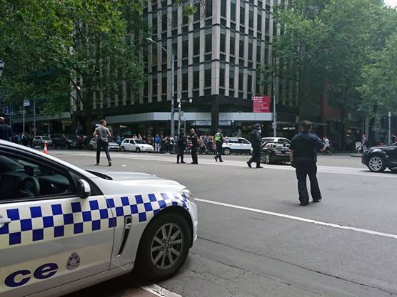 Polizisten und Rettungskräfte sperrten einen Teil der Innenstadt Melbournes nach der Amokfahrt eines Autofahrers ab.
