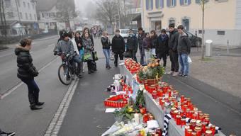 Jugendliche trauern am Unfallort (Archiv)