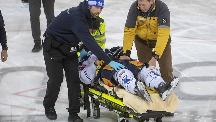 EVZ-Stürmer Carl Klingberg, wurde in Langnau liegend mit einer Halskrause vom Eis geführt