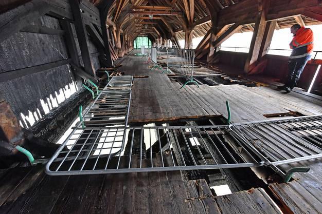 Die Brücke ist zwar nicht einsturzgefährdet, doch die Tragfähigkeit ist reduziert und die Schäden an der «Fahrbahn» und an den Werkleitungen sind gross.