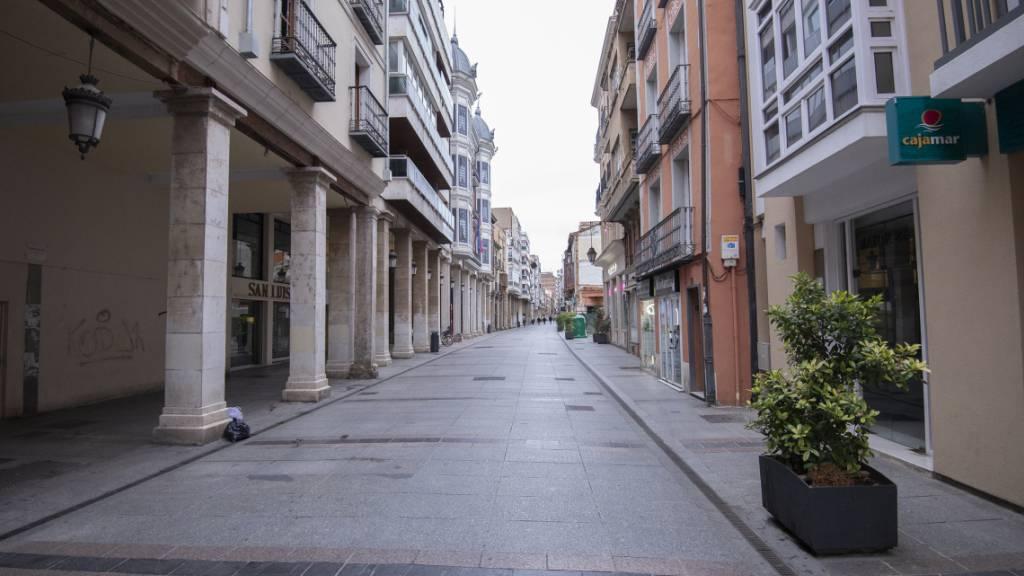 Die Calle Mayor in Palencia ist menschenleer. Wegen stark steigender Corona-Zahlen werden nach Madrid und neun Kommunen im Umland zwei weitere spanische Städte im Nordwesten des Landes weitgehend abgeriegelt. Betroffen ist die Provinzhauptstadt León mit 124 000 Einwohnern und die südöstlich gelegene Stadt Palencia mit 78 000 Einwohnern. Foto: Carlos Mateo/EUROPA PRESS/dpa