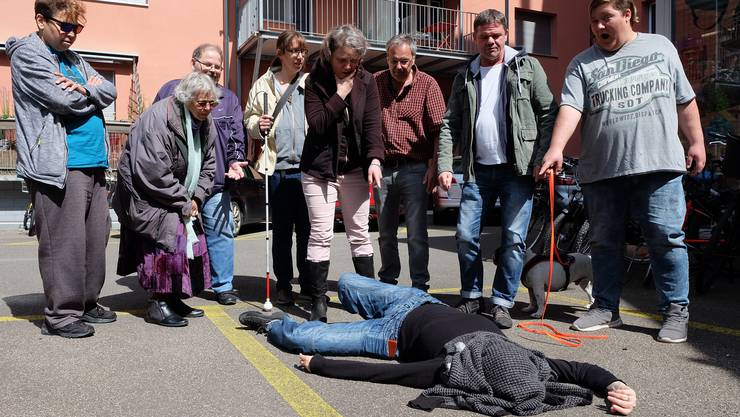Szene aus den Proben zum «Wiediker Krimi» von der Theatergruppe «Schräge Vögel»: Wer hat den Toten im Hinterhof auf dem Gewissen?