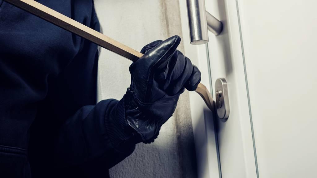 In mehrere Wohnungen in Mehrfamilienhaus eingebrochen