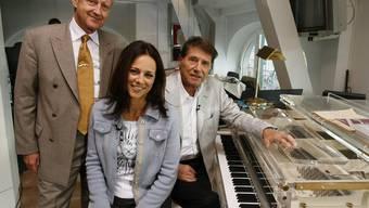Udo Jürgens (r), sein Manager Freddy Burger und die TV-Journalistin Vera Russwurm in Jürgens' Zürcher Stadtwohnung. Die Erben des verstorbenen Entertainers haben die legendäre Loge nun gekündigt und den Acryl-Flügel abtransportiert (Archiv).