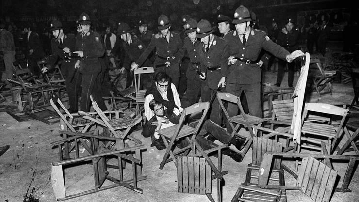 Umgeworfene Stühle: Die Polizei griff mit einem Grossaufgebot gegen die Besucher durch.