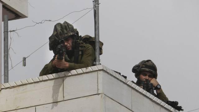 Israelische Soldaten auf einem Dach in Hebron (Archivbild)
