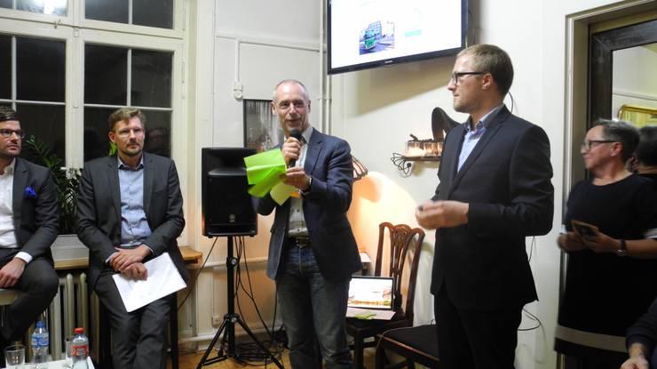 Moderiert wurde der Abend von David Egger (rechts), dem designierten Chefredaktor der Limmattaler Zeitung.