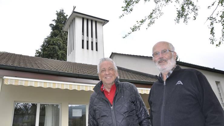 Die beiden ehemaligen Kirchgemeinderäte Peter Bitterli (links) und Fritz Neuhaus vor der Christuskirche in Hägendorf.