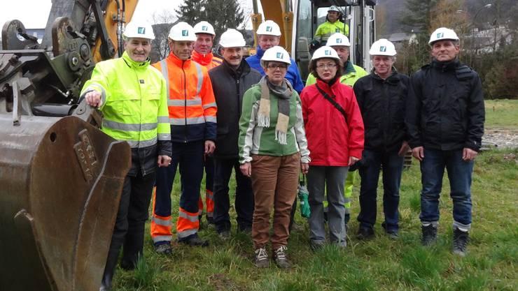 Werkhofneubau Zeiningen: Spatenstich mit Behörden (in grüner Jacke Gemeindeammann Sabin Nussbaum), Planern und Baufachleuten. chr