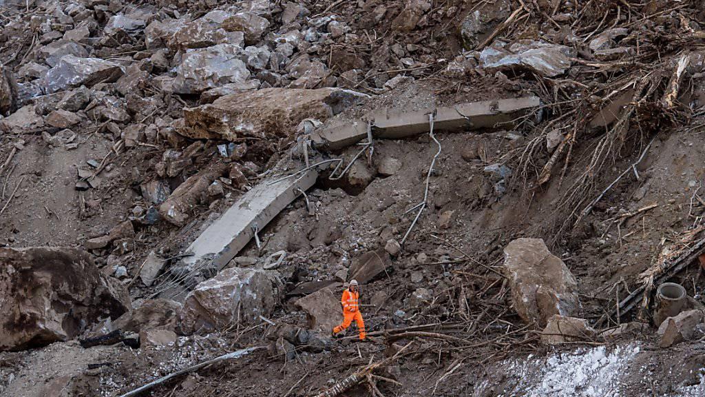 Ein Arbeiter inspiziert den Felssturz im Calancatal. Geologen erwarten keine weiteren Felsabbrüche und haben den Schuttkegel freigegeben.