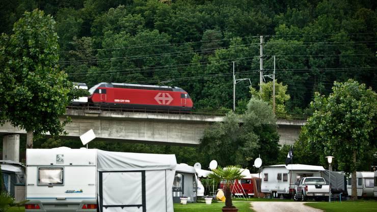 Ein Intercity-Zug lärmt, als er die Aarebruecke passiert