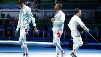Enttäuscht ziehen die Schweizer Max Heinzer, Benjamin Steffen und Peer Borsky (von links) ab. KEystone
