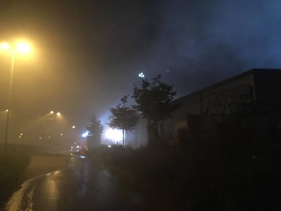 Das Feuer war kurz vor Mitternacht unter Kontrolle, allerdings wuchsen noch immer dicke Rauchschwaden in den Himmel.