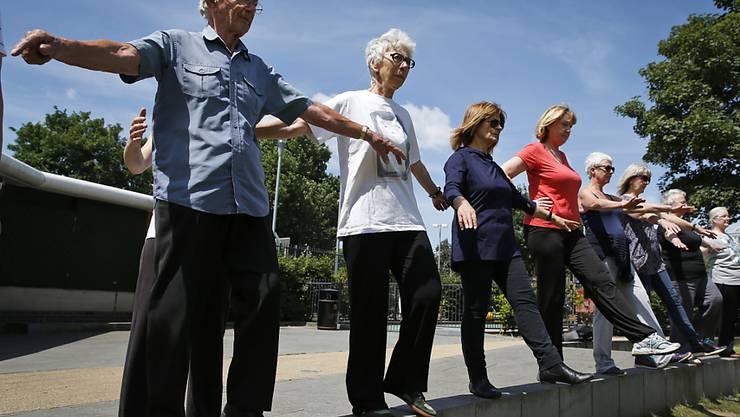 Bewegung ist für alle Seniorinnen und Senioren förderlich - auch für solche, die bereits gebrechlich sind. (Symbolbild)