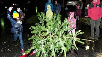 Spielend den Weihnachtsbaum loswerden kann man in Rodersdorf: Nach dem traditionellen Wurf-Wettbewerb vom vergangenen Freitag werden die Bäume verbrannt.