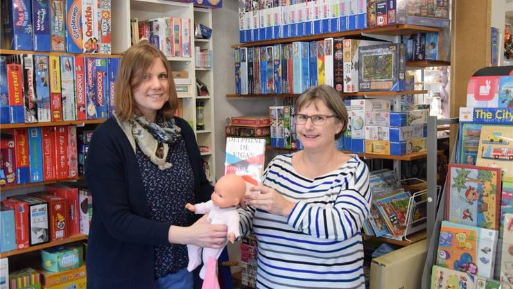 Geschäftsführerin Sabina Glarner (rechts) übergibt die «Wundertüte» an Buchhändlerin Sandra Furrer.