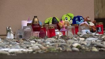 An der Mühlackerstrasse im solothurnischen Gerlafingen hat am Samstag eine Mutter mutmasslich zwei ihrer Kinder getötet. Die älteste Tochter der 38-Jährigen hat das Familiendrama überlebt. Wie der 12-Jährigen nun geholfen wird und wie auch die Einsatzkräfte vor Ort das Erlebte verarbeiten, zeigt Tele M1.