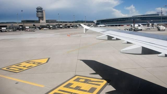 Nur draussen bei den Flugzeugen ist der Flughafen Zürich menschenleer (ArchivI