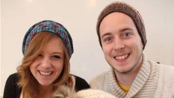 Aline Bonifay und Marius Mettler mit den ersten zwölf Mützen ihrer neuen Start-Up-Firma Tricotion.
