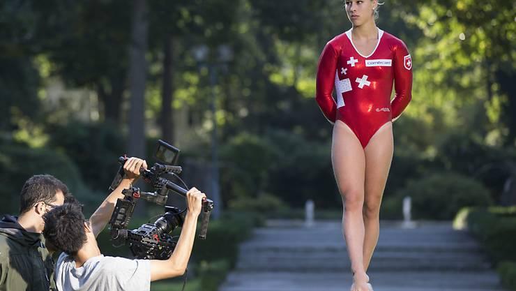 Giulia Steingruber (22) will sich auf die Heim-EM Anfang Juni in Bern konzentrieren. Hier turnte die Ostschweizerin im letzten August bei Aufnahmen für einen Werbefilm auf dem Schwebebalken