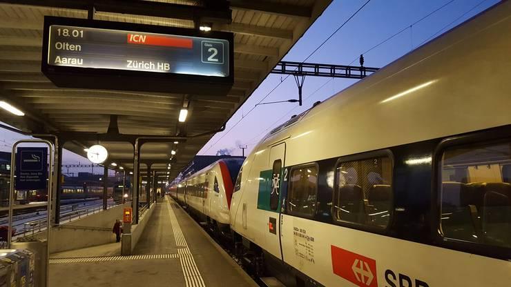 Der Zug nach Zürich steht bereits in Solothurn. Aufgrund der Unterbrechung kann er nicht weiterfahren und fährt ab Solothurn wieder zurück. Reisende Richtung Genf müssen den RE nach Bern nehmen.
