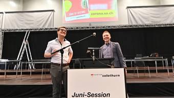 Kantonsratspräsident Daniel Urech (links) und Ratssekretär Michael Strebel (rechts) stehen probeweise am Rednerpult
