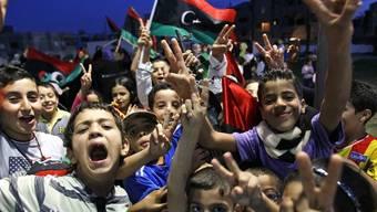 Jubelnde Kinder in Tripolis