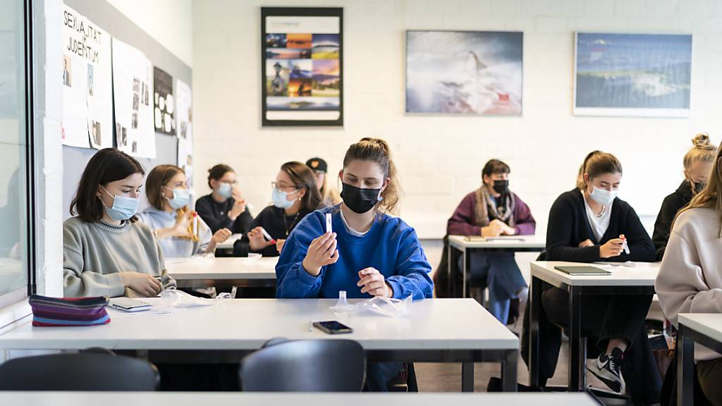 PCR-Speicheltest an einer Schule. (Symbolbild)
