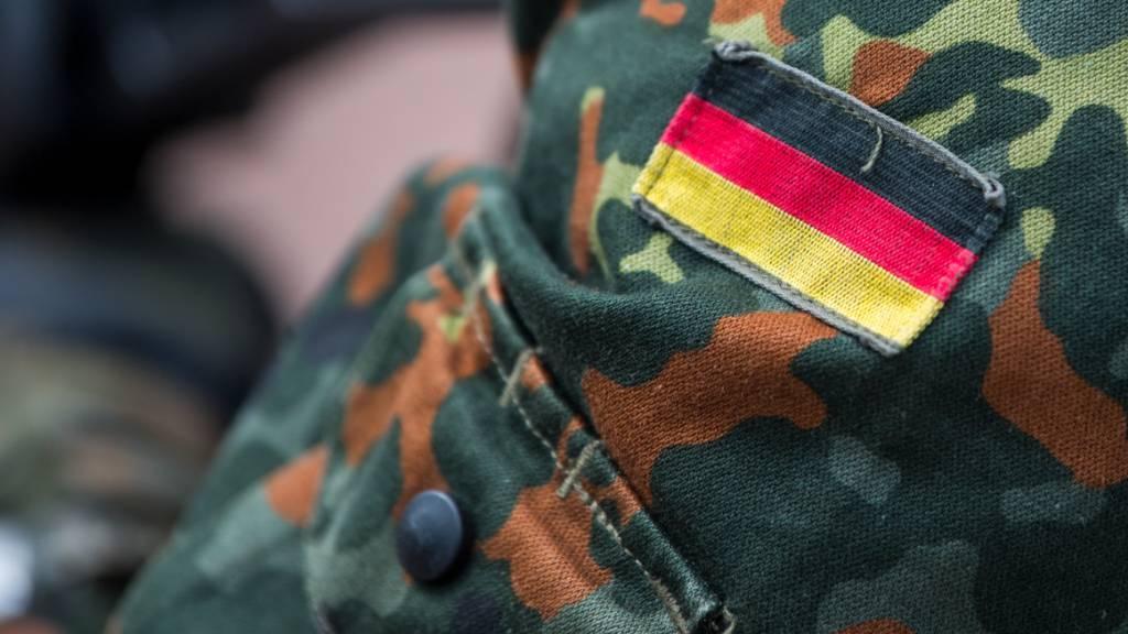 Die Fahne von Deutschland ist auf der Uniform eines Soldaten aufgenäht, aufgenommen beim Tag der Bundeswehr.