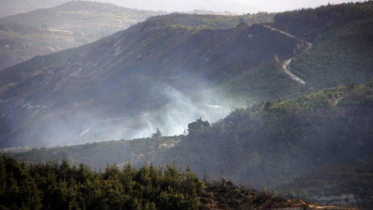 Rauch steigt auf, wo der Helikopter niederkrachte