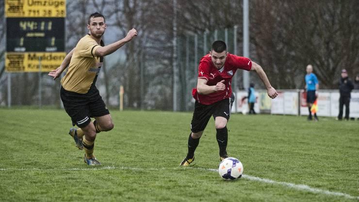 Dornachs Sehid Sinani und Liestals Alexandar Stankovic (am Ball).