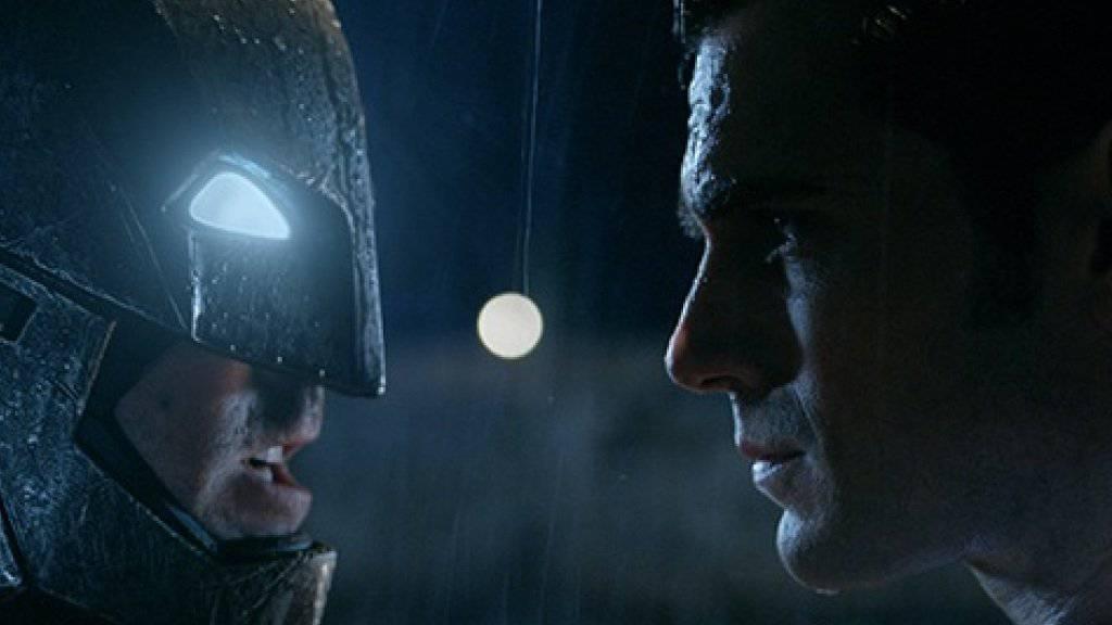 """Szene aus """"Batman v. Superman: Dawn Of Justice"""": links Ben Affleck als Batman, rechts Henry Cavill als Superman (Warner Bros.)."""