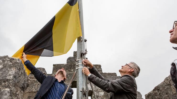 Auf der Ruine Stein wurde am Montag die Ennetbadener Fahne gehisst.