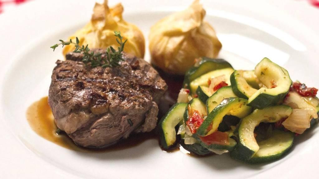 Bisonfiletmedaillons an Portweinsauce  mit Zucchini und Kartoffelbonbons
